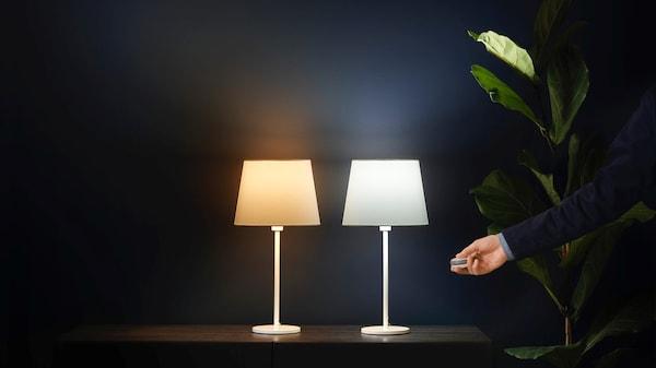 Dvě lampy s žárovkami Tradfri na stole
