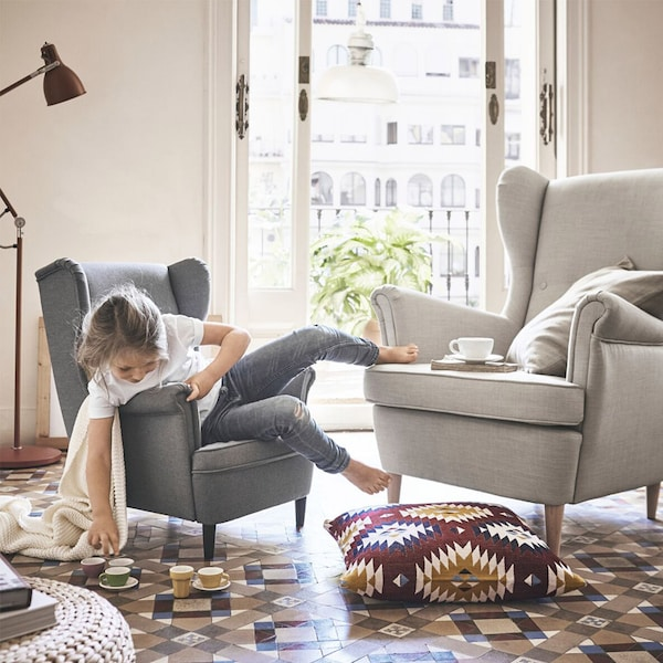 dziecko na dziecięcym foteliku