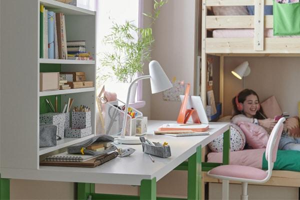 dziewczyna siedząca przy biurku