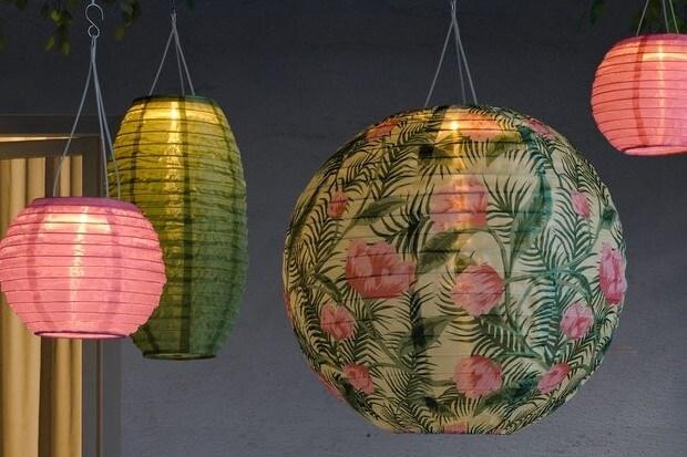Lampions in pink und grün gemustert Leuchten im Dunkeln.