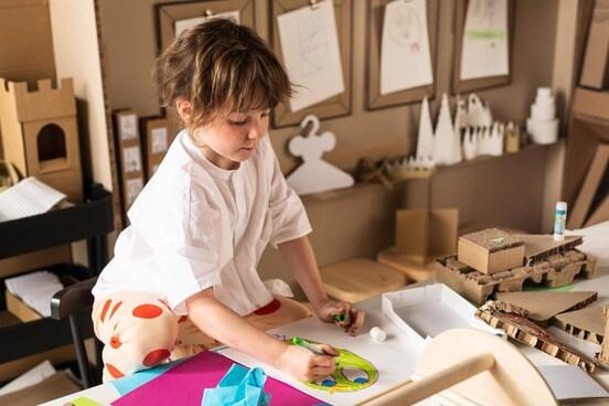 Девочка рисует игрушку для конкурса