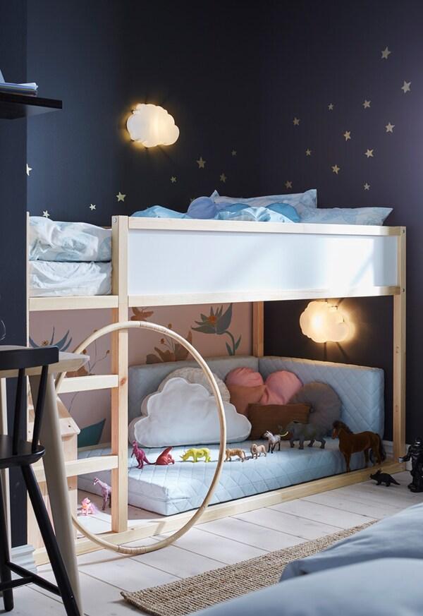 Cama KURA reversível em pinho e branco num quarto de criança