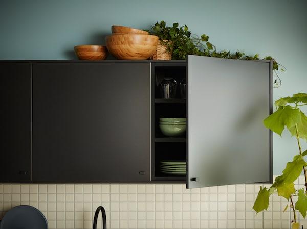 Wenn du nach Küchenfronten mit gutem Karma suchst, schau dir unsere nachhaltige Serie KUNGSBACKA an. Wenn sie ihre Arbeit getan haben, lassen sich KUNGSBACKA Küchenfronten nämlich erneut recyceln und sind dann bereit für ein neues Abenteuer.