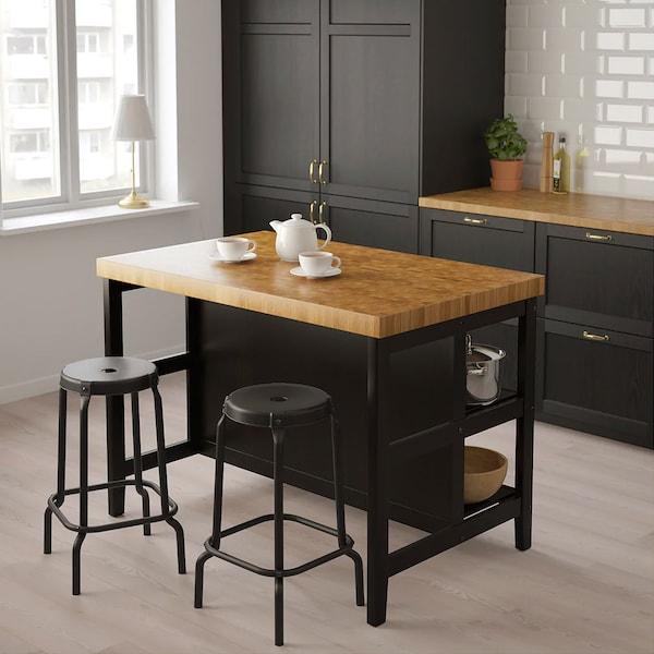 Sort kjøkkenøy med trebenk.