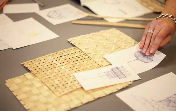 Échantillons de bambou tressé et des croquis sur une table.