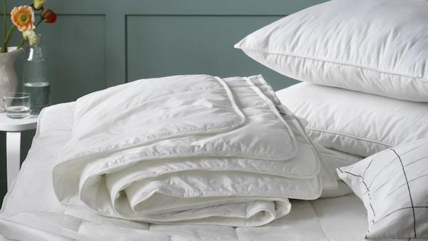Edredones y almohadas sobre la cama