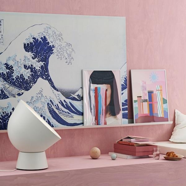 Een blauwe muurschildering met een golfmotief voor een roze muur.