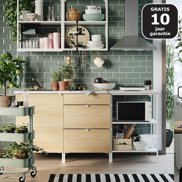 Een ENHET keuken met houten frontjes