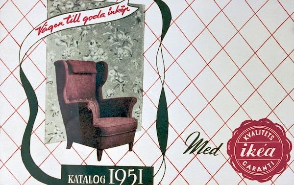 Een foto van de allereerste IKEA catalogus die in 1951 gepubliceerd werd. Op de cover staat een rode fauteuil afgebeeld.