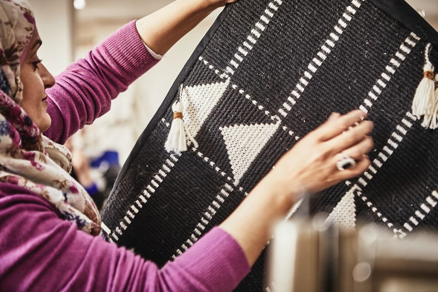 Een IKEA ontwerper en ambachtsvrouw