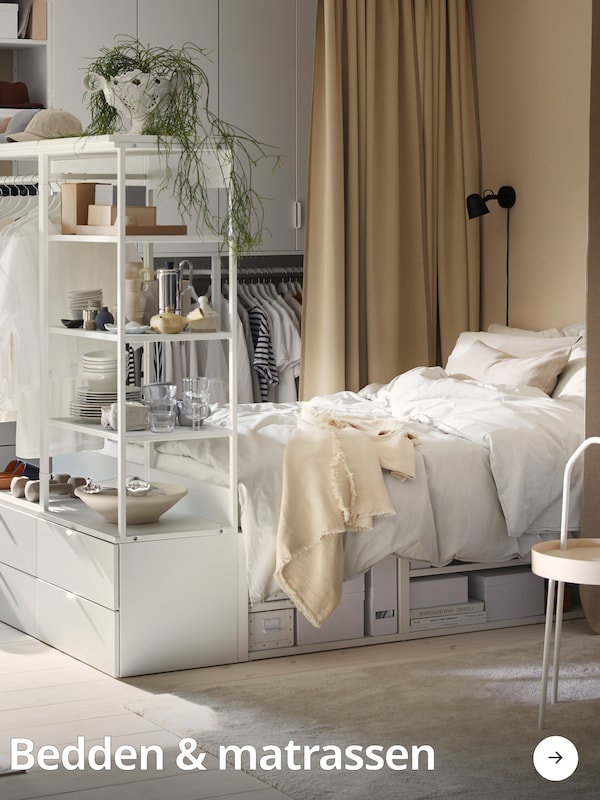 Een PLATSA bed/opbergmeubel waarin allerlei spullen worden opgeborgen.