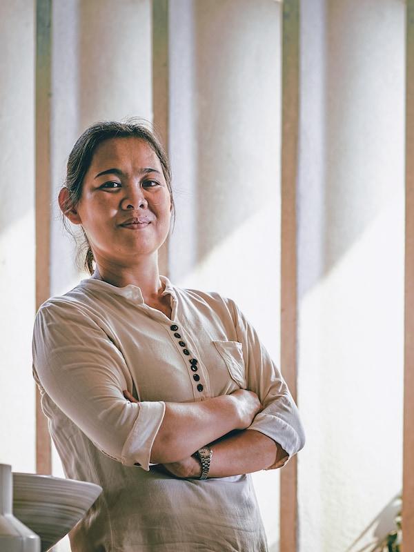 Een portret van Kiang Aitao, een ambachtsvrouw die werkt met keramiek voor Doi Tung DP in Thailand.