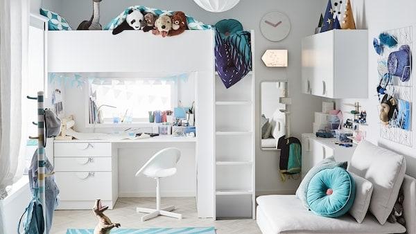 Een speelse kinderslaapkamer met een witte hoogslaper en met daaronder een studeerhoekje, turquoise accessoires en heel veel speelgoed.
