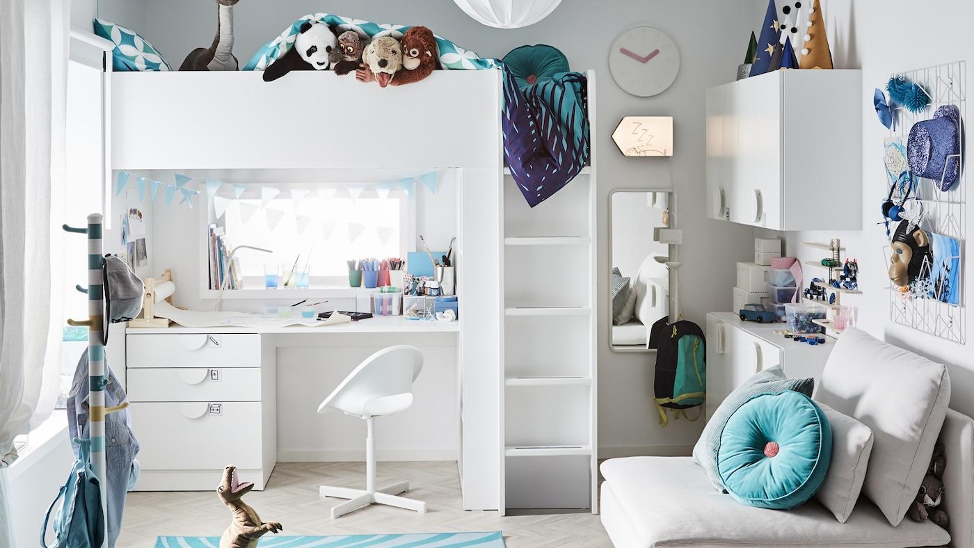Een speelse kinderslaapkamer met een witte hoogslaper en studeerhoek eronder, turkooise accessoires en veel speelgoed.