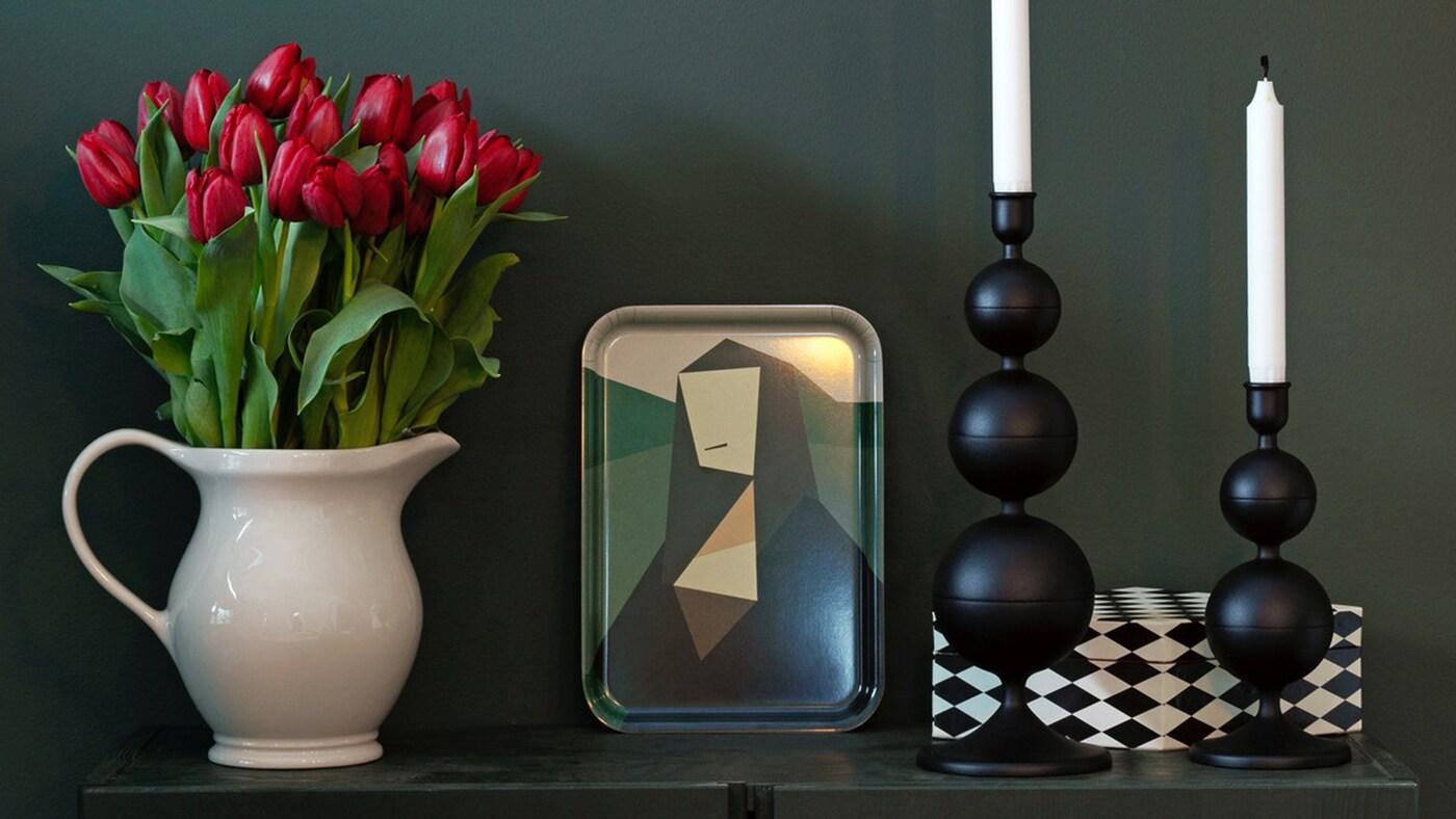 Een vaas, een dienblad en twee kandelaars uit de DEKORERA collectie van IKEA.
