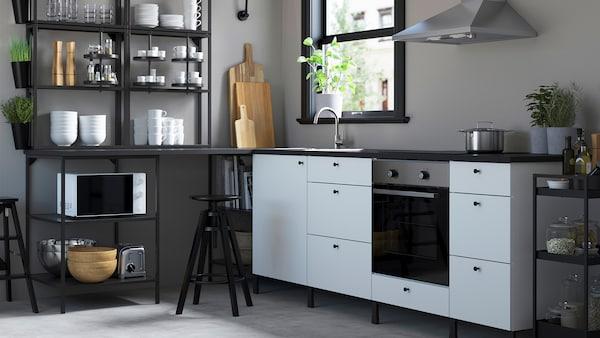 Een witte ENHET keuken voor een raam.