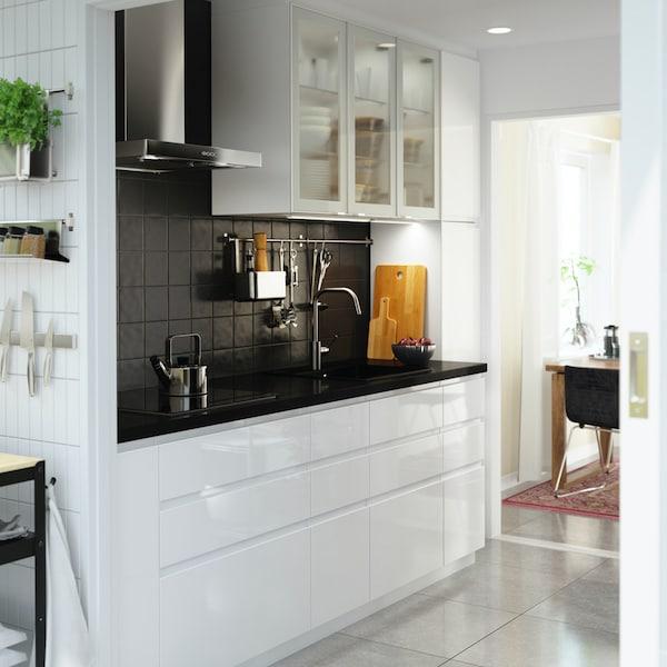 Een witte hoogglans VOXTORP keuken in een rechte lijn
