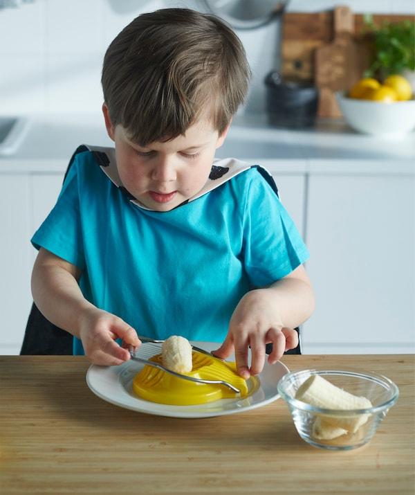エッグスライサーを使えば、ヨーグルト用のバナナなど、さまざまな食材を細かく切ることができます。包丁を使う必要はありません。