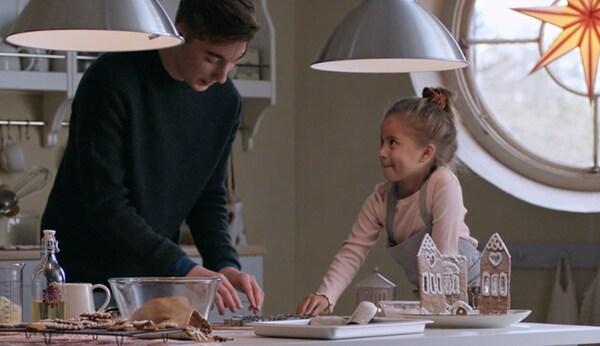 Egy apa és kislánya süteményt készít.