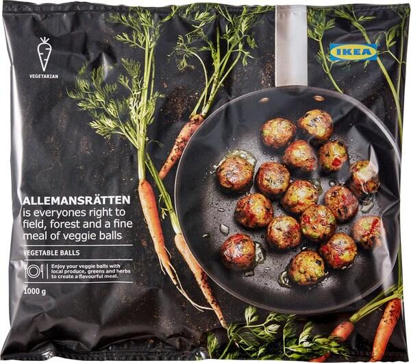 Egy csomag IKEA ALLEMANSRÄTTEN vegán zöldséges golyó, a zacskón serpenyővel és répával.