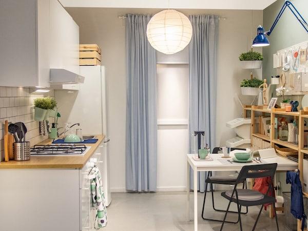 Egy kedvező árú konyha, fehér bútorokkal.