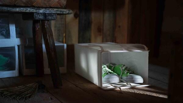 Egy pár élénkzöld cipő egy SKUBB cipős dobozban.