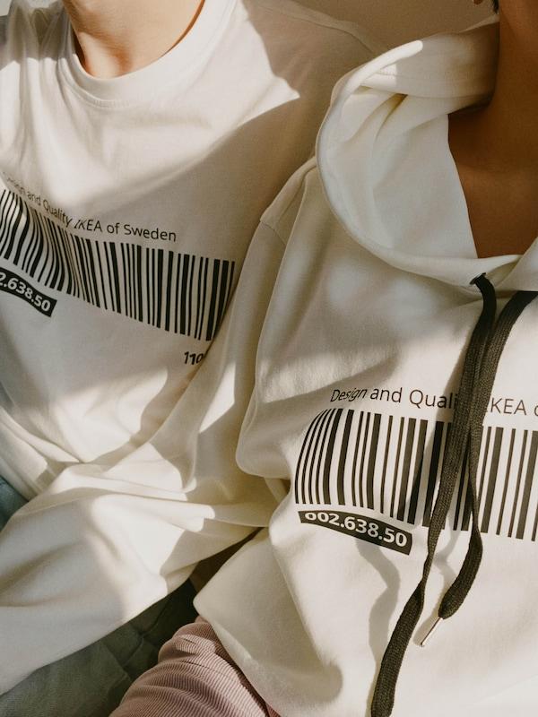 Egy póló és egy kapucnis pullóver az EFTERTRÄDA limitált kollekcióból.