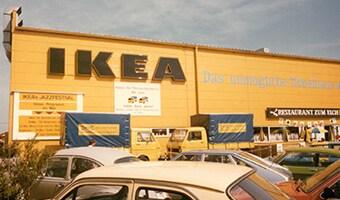 Ein altes, gelbes IKEA Einrichtungshaus