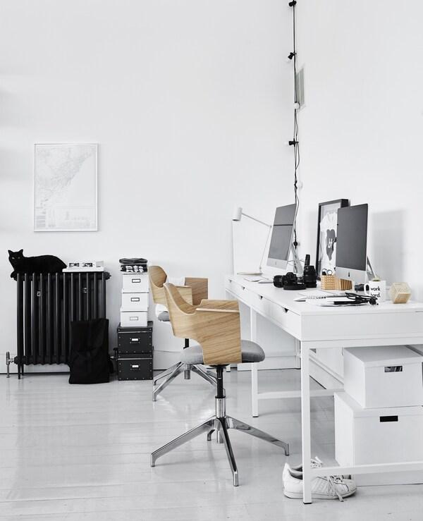 Ein Arbeitsplatz im Wohnzimmer, u. a. mit ALEX Schreibtisch in Weiss