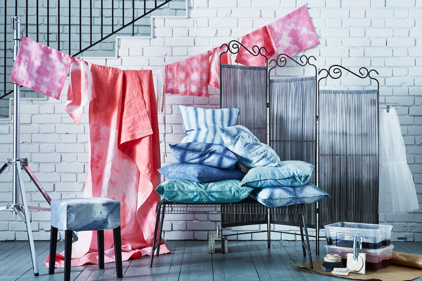 Ein Arrangement verschiedener Stoffe & Textilien mit Shibori-Mustern iin Rosa, Grün, Blau gefärbt