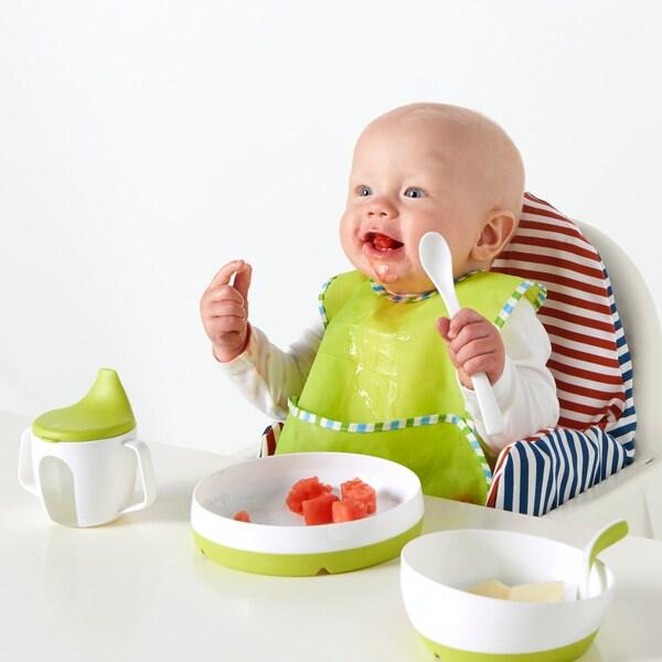 Ein Baby isst mit dem IKEA Babygeschirr