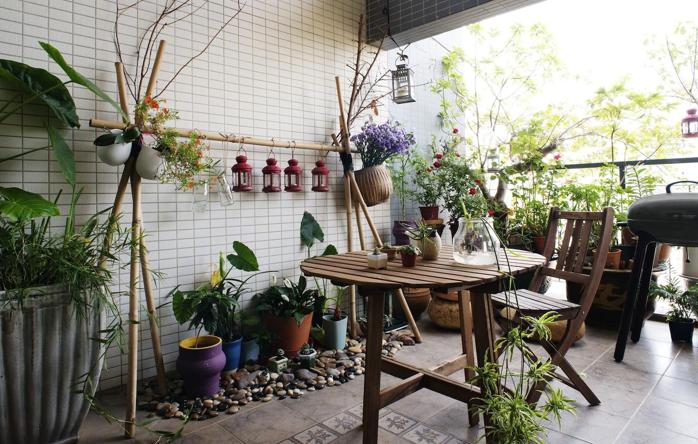 Ein Balkon mit Holzmöblen, vielen unterschiedlichen Pflanzen & Kräutern