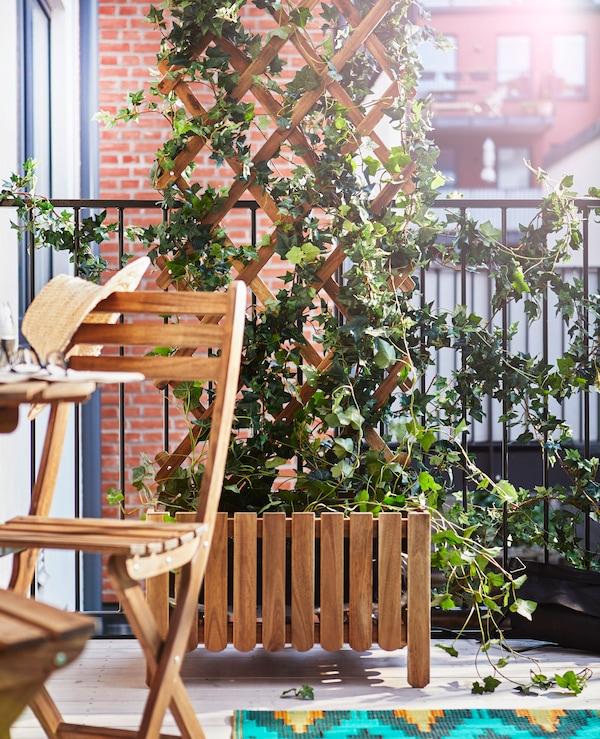 Ein Balkon, u. a. mit ASKHOLMEN Spalier graubraun lasiert.