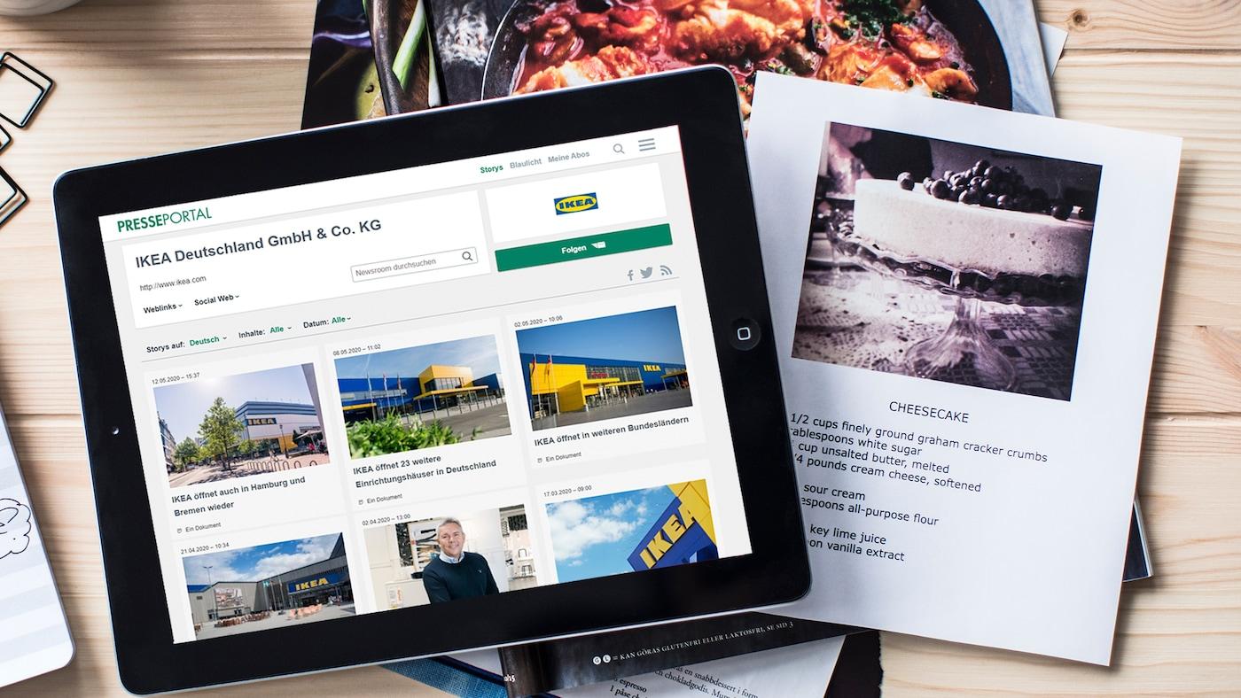 Ein Bild von IKEA Pressemitteilungen & Berichten in digitaler & Printform auf einer Holzunterlage.