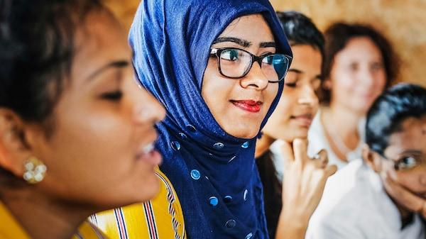 Ein Bild von Shireen Begum, Mitarbeiterin bei IKEA aus Indien, mit einem blauen Kopftuch