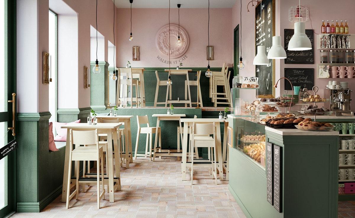 Ein Blick in ein kleines Cafe, das mit hellen Möbeln eingerichtet ist. An einer Theke werden Kaffeespezialitäten und Kuchen verkauft.