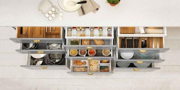 Ein Blick in eine IKEA MAXIMERA Schublade mit VARIERA Inneneinrichtung