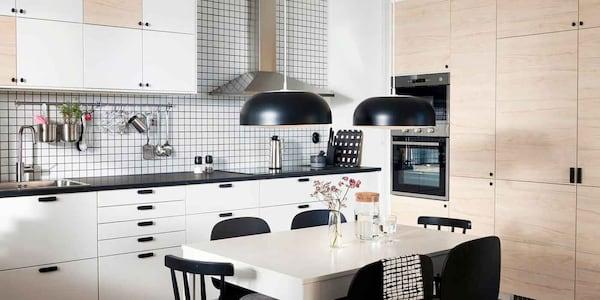 Ein Blick in eine Wohnküche mit einer weißen IKEA METOD Küche und Hochschränken mit ASKERSUND Fronten in Eschenachbildung.