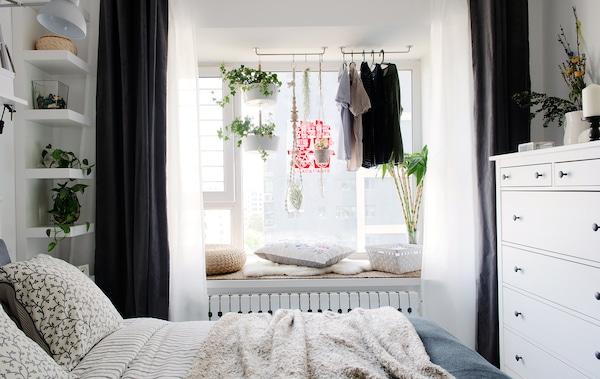 Ein Blick ins Schlafzimmer mit HÖSTÖGA Bettwäsche-Set gestreift/grau.