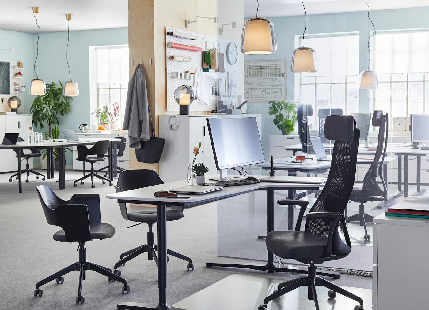 Ein Büro, in dem man sich wohlfühlt mit schwarzen JÄRVFJÄLLET Drehstühlen & weißen BEKANT Tischen