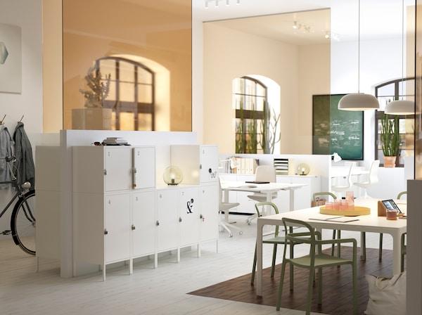 Ein Büro in Weiß & Beige mit persönlichen, praktischen HÄLLAN Aufbewahrungsschränken in weiß