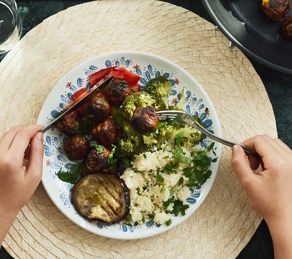 Ein bunt zusammengestellter Teller mit einem veganen Gericht und ALLEMANSRÄTTEN Gemüsebällchen