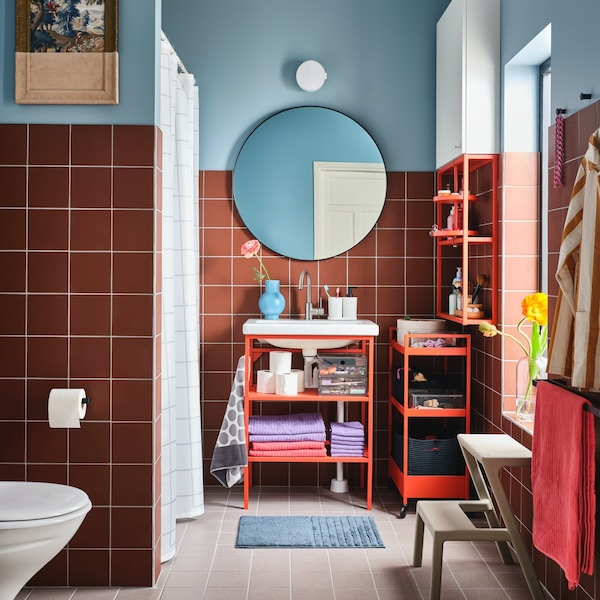 Ein buntes & günstiges Badezimmer mit knalligen Möbeln und farbigen Wänden.