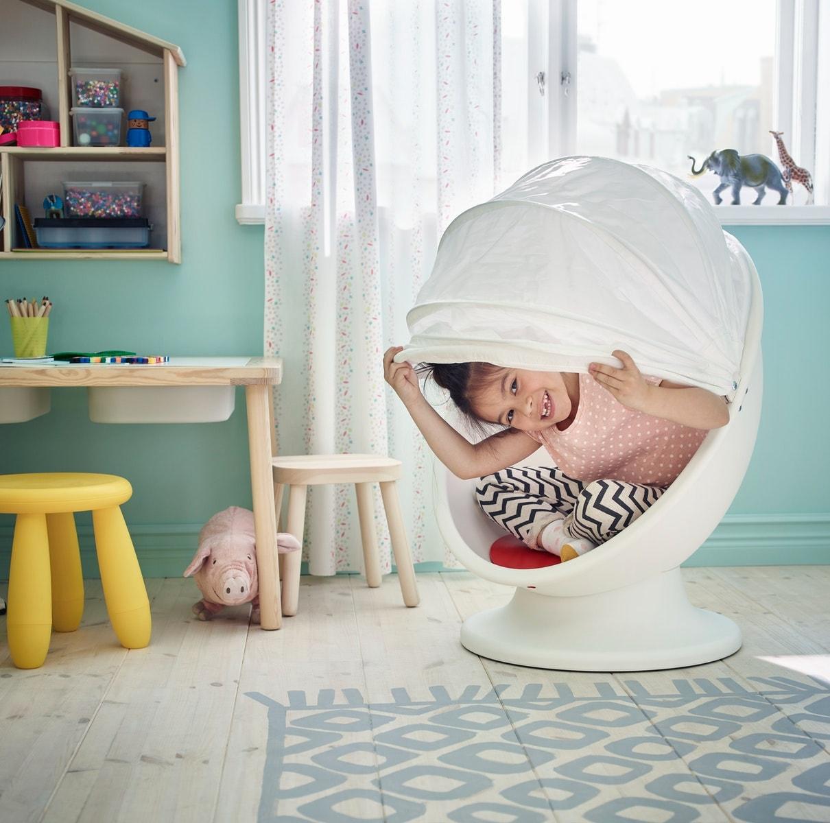 Ein buntes Kinderzimmer, u. a. mit IKEA PS LÖMSK Drehsessel in Weiß