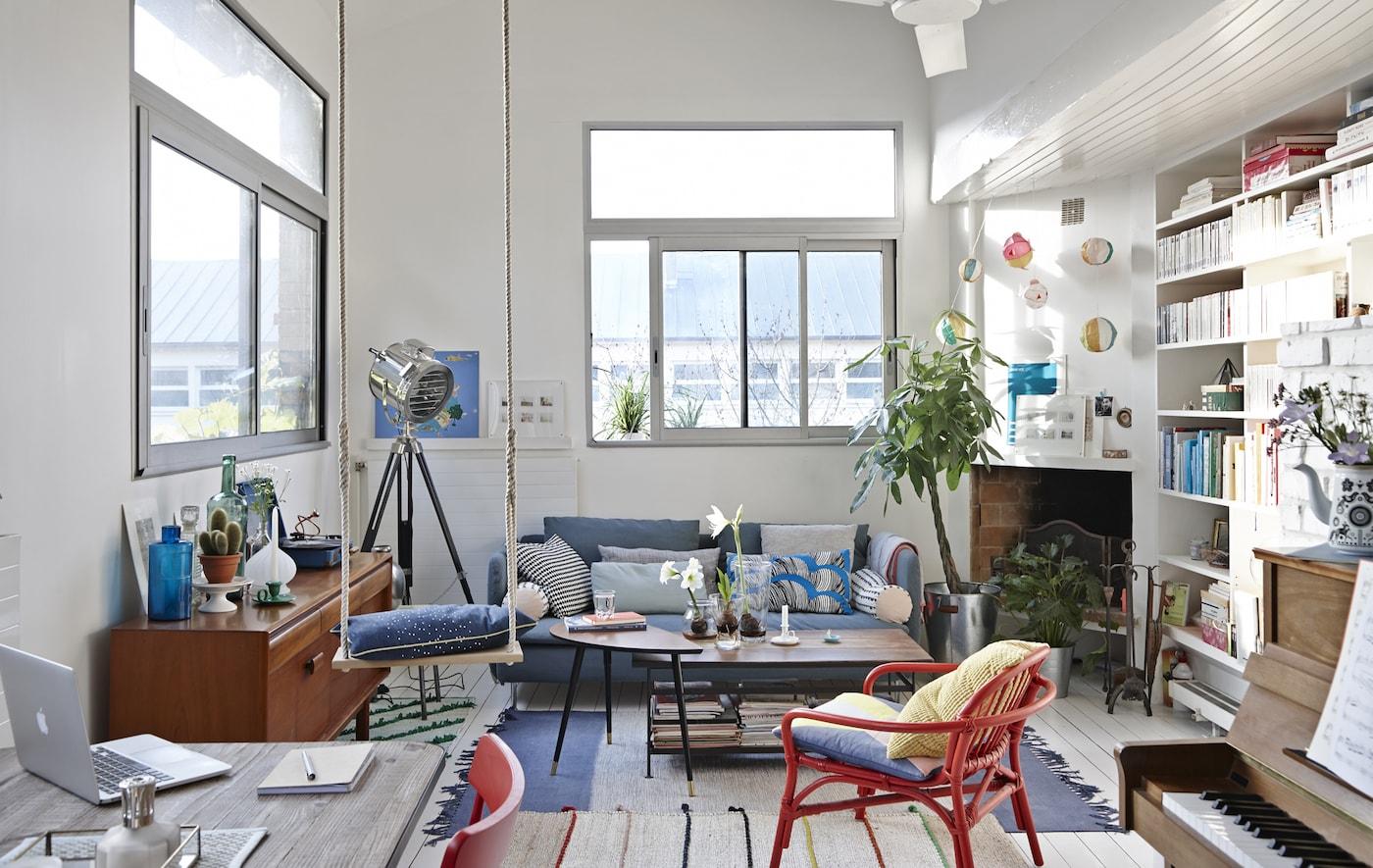 Ein buntes Wohnzimmer mit einem IKEA Sofa