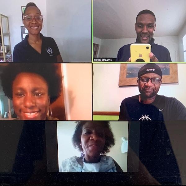 Ein Computerbildschirm zeigt fünf Personen während einer Videokonferenz.