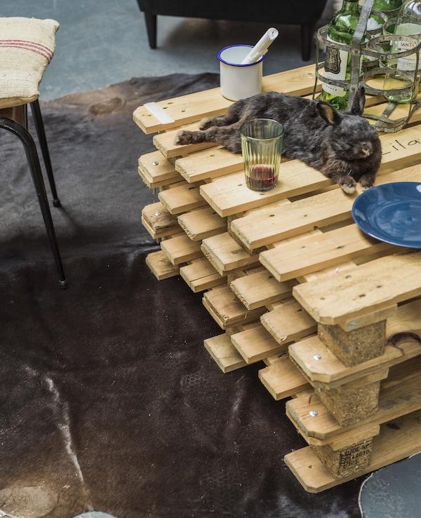 Ein Couchtisch aus Paletten und ein IKEA KOLDBY Kuhfell in Braun