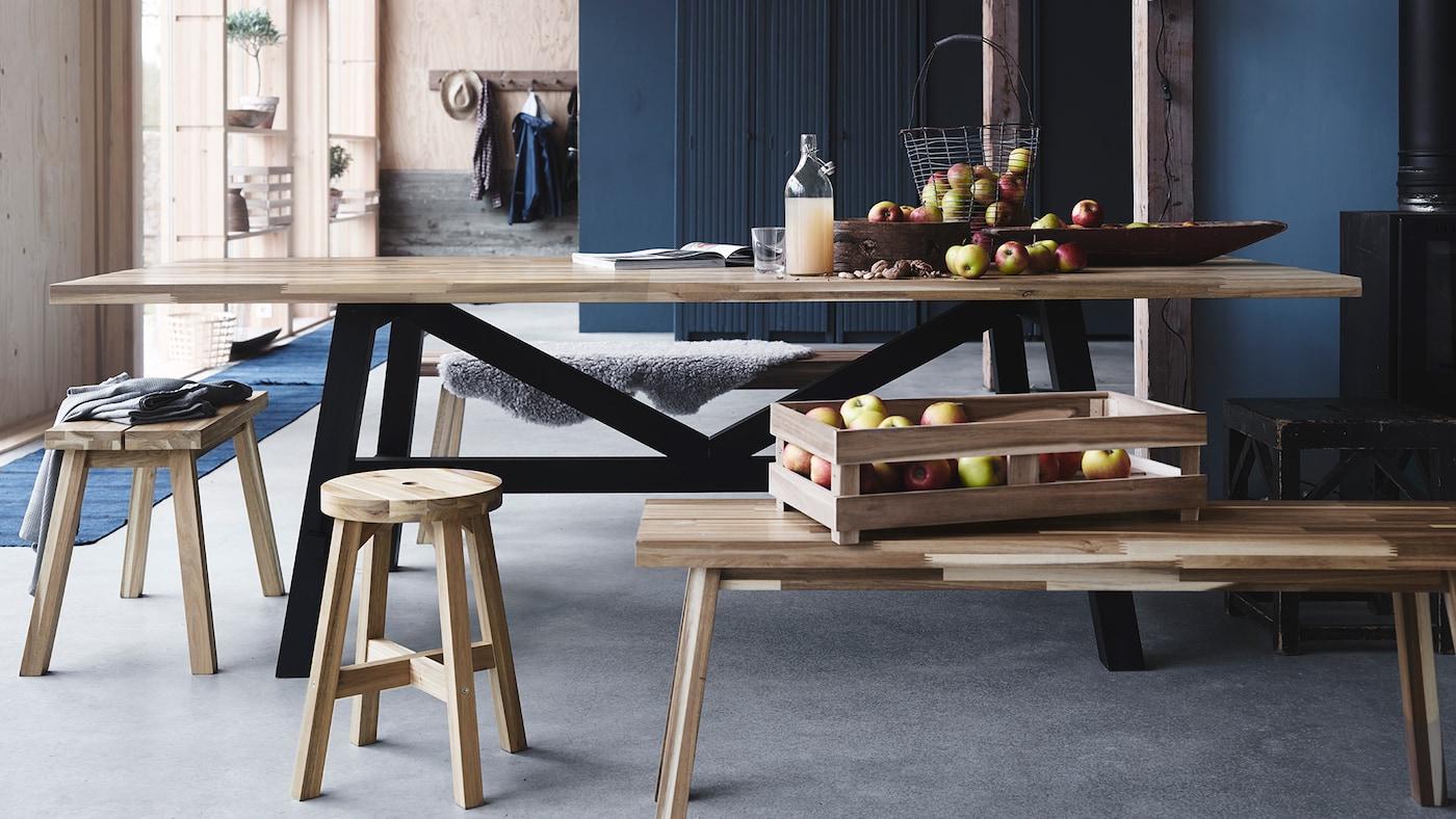 Ein Esstisch aus massiven Akazienholz