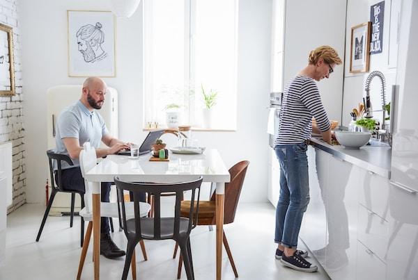 Ein Esstisch in der Küche macht den Raum deutlich geselliger.