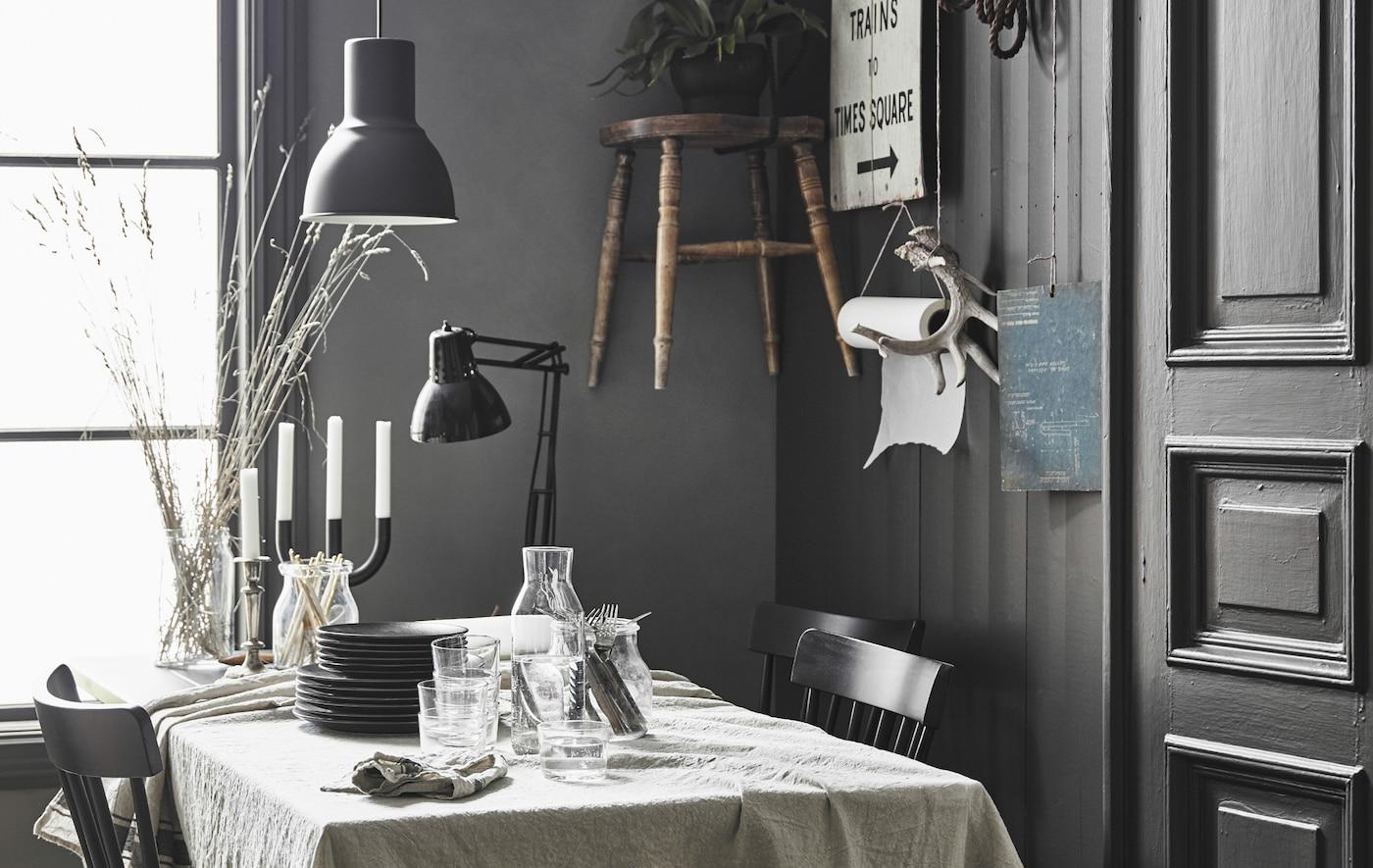 Ein Esstisch mit Leinentischdecke in einer modernen rustikalen Küche mit persönlicher Note.